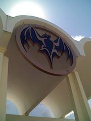 Logo de Bacardi en la entrada a la fábrica