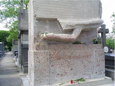 Tumba de Oscar Wilde en el cementerio Père-Lachaise
