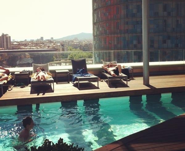 Una piscina con vistas a la torre agbar meridiano 180 for Piscina playa de madrid