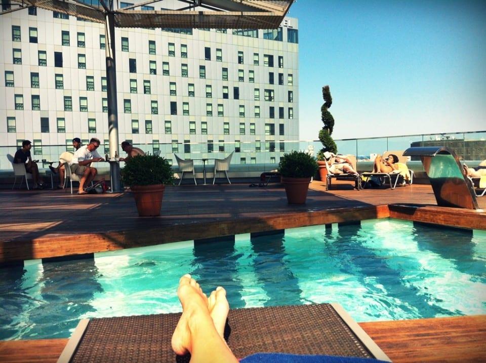 C mo colarse en las piscinas de los hoteles for Hoteles en valencia con piscina