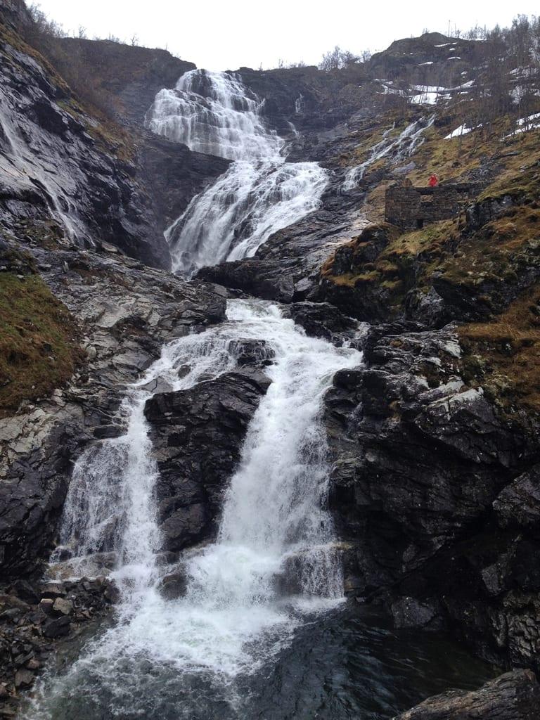 cascada kjos, fiordos noruegos